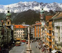 Innsbruck, Austria imginnsbruck Tiene unos ciento veinte mil habitantes y unas impresionantes vistas a las montañas: la ciudad austriaca de Innsbruck es todo un paraíso para los amantes del esquí. Para los poco amantes de los deportes de invierno, su casco histórico de origen medieval bien merece un viaje hasta allí.