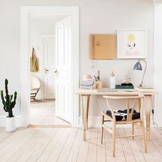 Falta de espaço não é motivo pra quem precisa não montar o seu home office! Na decoração da foto, ele fica num pedacinho de parede ao lado da porta. Pra isso, é só tirar a medida e escolher o melhor tamanho de escrivaninha! http://ift.tt/1wsg4J3   Flickr - Photo Sharing!