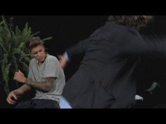 Justin Bieberpreso a cinghiate daZach Galifanakis,l'attore di Una notte da Leoni. http://tuttacronaca.wordpress.com/2013/09/27/funny-or-die-lo-sketch-comico-in-cui-bieber-e-preso-a-cinghiate/