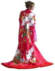 Beautiful wedding kimono - Maaaan, this hakujin chick needs to not wear this kimono.