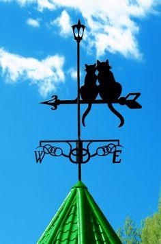 Проходя мимо частных домов или старинных зданий, вы наверняка хотя бы раз видели закрепленные на верхушке крыши металлические фигурки со стрелочкой. Под действием ветра эти фигурки начинали вращаться …