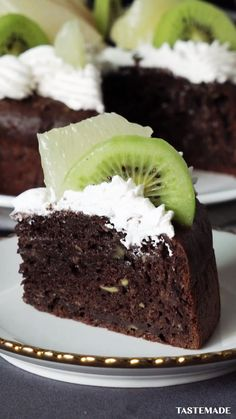 banana dessert recipes Things aren't quite as they appear when it comes to making this chocolate avocado banana cake. Simply Recipes, Sweet Recipes, Cupcakes, Tastemade Recipes, Bolo Fit, Banana Dessert Recipes, Avocado Cake, Mets, Banana Pudding