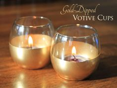 Gold dipped candle holders, home accents. I would make kine more drippy gold than straight across Gold Candle Holders, Gold Candles, Diy Candles, Gold Diy, Diy Wedding Projects, Diy Projects, Gold Dipped, Wedding Centerpieces, Wedding Table