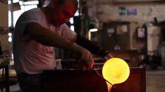 La conoscenza delle tecniche di lavorazione del vetro, l'abilità e la tradizione incontrano in Vetreria Vistosi l'innovazione che punta all'eccellenza attraverso le collaborazioni con i designers. I prodotti Vistosi non illuminano, fanno luce.