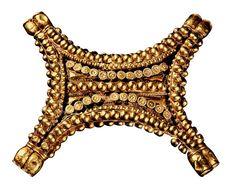 Pectoral de oro en forma de piel de toro, procedente de El Carambolo. Sevilla