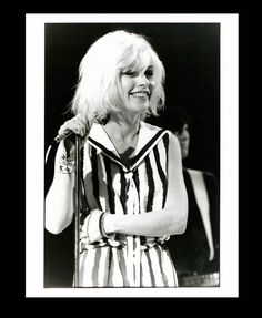 Are there any other huuuuge Blondie fans out there? I not only love the music but I love Debbie Harry. Bad ass chick in a punk band with platinum hair! Blondie Debbie Harry, The Bangles, Belinda Carlisle, Chica Punk, First Rapper, Chris Stein, Amy, Atomic Blonde, Estilo Rock