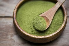 Moringa powder is super nutritious—but does it lives up to its various health claims? Here are the health benefits of moringa oleifera and how to use it. Smoothie Vert, Smoothies, Matcha, Healthy Foods To Eat, Healthy Eating, Healthy Life, Healthiest Foods, Detox Tee, Moringa Oleifera