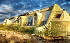 A previously built Earthship. Photo by Earthship Biotecture. Architecture Durable, Sustainable Architecture, Sustainable Design, Sustainable Food, Architecture Design, Residential Architecture, Contemporary Architecture, Earthship Design, Earthship Biotecture