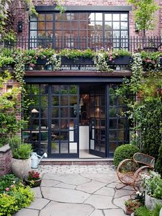Renovation: a Manhattan townhouse gutted and reimagined for family life Renovierung: Ein Stadthaus i Patio Interior, Interior And Exterior, Exterior Doors, Wall Exterior, Interior Shop, Black Exterior, Room Interior, Design Exterior, Garage Design