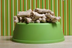 Homemade dog treats are really easy to make. Whether you have a dog with diabetes, gluten sensitivity, or one who just loves to eat, making homemade. Puppy Treats, Diy Dog Treats, Homemade Dog Treats, Recipe To Make Dog Treats, Dog Treat Recipes, 3 Ingredient Dog Treats, Best Dog Food Brands, Dog Food Reviews, Frozen Dog