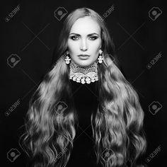 32962566-Foto-di-bella-donna-con-i-capelli-magnifico-Trucco-perfetto-Fotografia-di-moda-In-bianco-e-nero-Archivio-Fotografico.jpg (1300×1300)