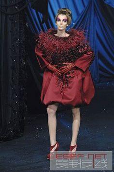 """""""无可救药的浪漫主义大师""""  约翰·加利亚诺(John Galliano),男,1960年11月28日出生于直布罗陀。1984年毕业于中央圣马丁艺术与设计学院。法国著名服装品牌""""克里斯汀·迪奥""""首席设计师。1988年被评选为本年度英国最佳设计师。2011年3月1日因酒后失态被迪奥开除。"""