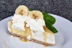 Den här cheesecaken alltså.. Bland det godaste jag ätit på länge! Tycker ni om banoffee (banan tillsammans med kola) tror jag ni kommer älska den här! Det är en banancheesecake i grunden som sedan toppas med en kolasås, vispgrädde och lite banan. Ruskigt gott och en lite annorlunda dessert att bju Best Dessert Recipes, Cupcake Recipes, Fun Desserts, Banoffee Cheesecake, Cheesecake Recipes, Bagan, Grandma Cookies, Swedish Recipes, Sweet Pastries