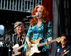 The beautiful and wonderful Bonnie Raitt. Possibly one of the best slide guitarest in the world. Rock Artists, Music Artists, Mavis Staples, Cool Slides, Bonnie Raitt, Jackson Browne, Rock And Roll, Female, Lady