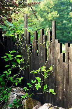 15 DIY Garden Fence Ideas With Pictures! Inspiration de palissade Escaliers Potier Unique Fence Idea…kinda looks like a city scape babe Diy Garden Fence, Backyard Fences, Garden Gates, Backyard Landscaping, Landscaping Ideas, Garden Mall, Patio Fence, Backyard Privacy, Pallet Fence