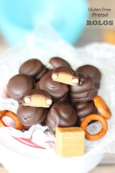 Pretzel Rolos from Petite Allergy Treats via All Gluten-Free Desserts Egg Free Recipes, Candy Recipes, Dessert Recipes, Gluten Free Pretzels, Gluten Free Sweets, Foods With Gluten, Sans Gluten, Raspberry Cookies, Eat Dessert First