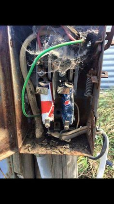 An electrician friend of mine took this he said it made his day! Electrical Safety, Electrical Engineering, Electrician Humor, Funny Images, Funny Pictures, Safety Fail, Mechanic Humor, Workplace Safety, Safety First