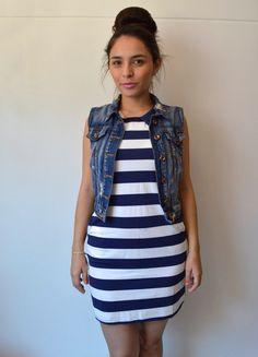 Vestido de rayas azul y blanco.
