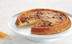 Bagt flødeostekage med appelsin I modsætning til en klassisk cheese cake, er flødeosten inden i kagen, hvilket gør den dejlig svampet.