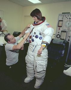 Women in Space! — Anna Fisher dressed in an Apollo space suit for. Astronauts In Space, Nasa Astronauts, Anna Fisher, Gorgeous Ladies Of Wrestling, Men Spa, Johnson Space Center, Secret Space, Apollo Missions, Space Fashion