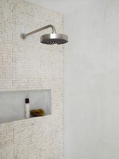 le top : avec en prime des revêtements muraux parfaits, la petite niche et le pommeau XXL. simple and clean !