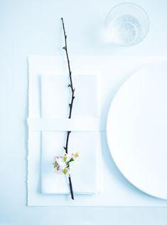 Super Ideas For Wedding Decoracion Elegant White Table Settings White Table Settings, Wedding Table Settings, Place Settings, Japanese Wedding, Korean Wedding, Minimal Wedding, Trendy Wedding, Luxe Wedding, Japanese Table