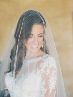Inspire-se com os melhores penteados de noiva com véu 2017 e use um deles no dia do seu casamento Image: 2