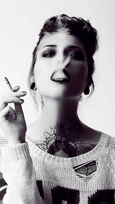pinterest.com/fra411 #inked #girlsmoking - Victoria van Violence por Vicky Baumann. MUA: Mel Goldmann