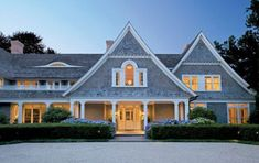 Next house potential -shingle style obsession! Shingle Style Architecture, Shingle Style Homes, Beautiful Architecture, Sr Y Sra Smith, Les Hamptons, Hamptons House, Interior Design History, Beach Cottage Style, Coastal Style