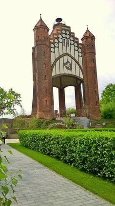 Der neugotische Bismarck-Turm in Rathenow wurde 1914 eingeweiht. Die Rathenower hatten eine besondere Beziehung zu Bismarck, da hier Bismarcks politische Karriere begann (er hielt 1848/1849 Wahlreden in Rathenow und wurde aufgrund seines Wahlerfolges am 05.02.1849 Mitglied der Zweiten Kammer des Preußischen Abgeordnetenhauses).