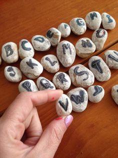 Alfabeto feito na pedra. As crianças participam e apreendem. Ajudando na alfabetização dentro de casa