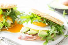 Pancake Sandwich mit Speck und Avocado