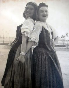 Manfredonia: due donne in costume tipico del 1920   #TuscanyAgriturismoGiratola
