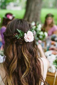 Peinados de novia semirecogidos con flor. Fotografía de Bohemian shoot.