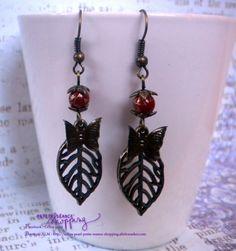 Boucles d'oreille bronze feuille d'Automne et papillon - perles en verre rouges marbrées : Boucles d'oreille par celina-pearl-petite-seance-shopping