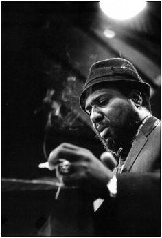 Thelonious Monk, quand il joue, on dirait un ange un peu lourd qui saute à la corde. Dieu à la fin vient fermer le bar, range les chaises sur les tables. C Bobin