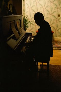Brando at the piano during the filming of The Godfather (Steve Schapiro, 1972).
