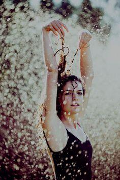 """Yo era torpe, ella era preciosa. Yo era aburrido sin remedio y ella era fascinante hasta el infinito. Así que regresé a mi habitación pensando que si las personas fueran lluvia, yo seria llovizna y ella, un huracán""""   """"Buscando a Alaska"""" de John Green"""