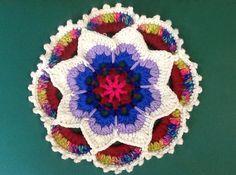"""Die bezaubernde Blume """"Kaleidoskop"""" ist mit meiner Bild für Bild Anleitung einfach nach zu arbeiten! Du kannst hier jede Restwolle benutzen die ungefähr gleich stark ist!"""