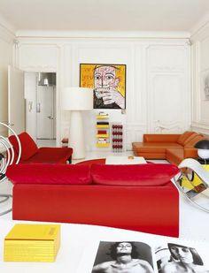 Derrière la lampe de Marcel Wanders, une oeuvre de Troy Henriksen, galerie W, étagères jaunes en Plexi et caisson lumineux garni de verres rouges, deux créations personnelles.