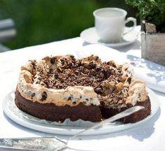 Uhm – en blød og lækker chokoladekage med sprød marengs på toppen. Kagen kan serveres til dessert eller på kaffebordet.