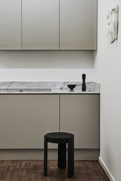 Modern Scandinavian kitchen in gray from Nordic Kitchen. Completely handleless and dimensionally ada Modern Grey Kitchen, Nordic Kitchen, Scandinavian Kitchen, Minimalist Kitchen, Scandinavian Design, Modern Minimalist, Latest Kitchen Trends, Latest Kitchen Designs, Beautiful Kitchens