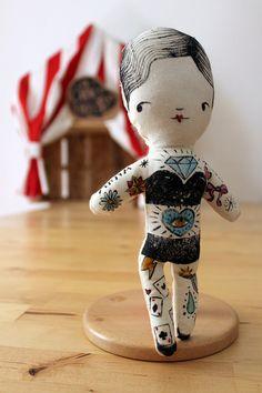 La mujer tatuado pertenece a la serie el extraño de Carnaval  Esta muñeca es parte de la serie sobre el circo. Inspirado en el freak show es 20 años.  Es una muñeca de trapo, impreso y pintado a mano, acolchado y suave, ideal como adorno o para jugar.   nuestras muñecas son piezas únicas, mano impreso, por lo que cada muñeca será ligeramente diferente, no se imprimen en esta serie.    La joven es de 22 centímetros de alto (8,5 pulgadas).