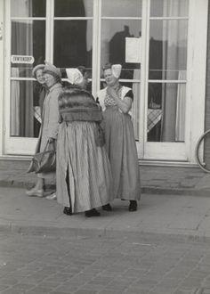Vrouwen in Walcherse streekdracht te Middelburg. De vrouwen zijn gekleed in opknapdracht. 1950 #Zeeland #Walcheren