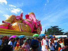 タイのチャチューンサオ県にある「ワット・サマーン・ラッタナーラム」は、巨大でしかもピンク色をした象が横たわっています。ここにはタイ全土はもとより、外国からも多数の参拝者が集まり、祈ればその願いが叶うと言われるタイの超パワースポットです。またここはピンクの象だけではなく、実はタイ、インド、中国の神仏が集う場所。バンコクから比較的近いことから観光にも便利であり、一度は訪ねてみたい魅力のお寺です。