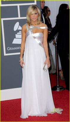 Carrie Underwood - Grammys 2010 Red Carpet: Photo Carrie Underwood sparkles on the red carpet at the 2010 Grammy Awards held at the Staples Center on Sunday (January in Los Angeles. The country… Glam Dresses, Pretty Dresses, Formal Dresses, Medium Layered, Layered Cuts, Carrie Underwood, Grammy Red Carpet, All American Girl, Celebs