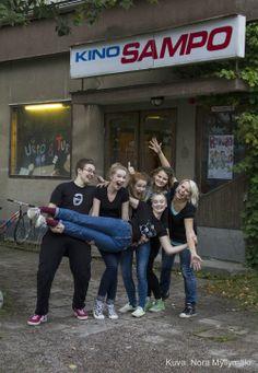 Nuorisoteatterilaisia Kino Sammon edustalla 2013. Kuva: Nora Myllymäki