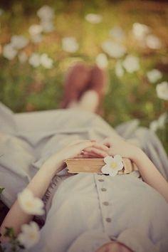 İmzasız cümleler biriktirdi suskunluğunda,/ Bahara bulaşmış şiirler...