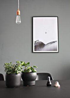 Einblick ins neues Esszimmer Styling - Foto von Mitglied Designsetter #solebich #interior #einrichtung #inneneinrichtung #deko #decor #lightbulb #glühbirne #pflanzentopf #plantpot #flowerpot #blumentopf #kerzenständer #kerzenhalter #candleholder #candlestick #blacktable #blackchair