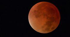 28-09-2015 La Luna estaba llena y en su perigeo, lo que significa que se vio un poco más grande y brillante. No es de extrañar que las fotos tomadas esta noche sean así de espectaculares.